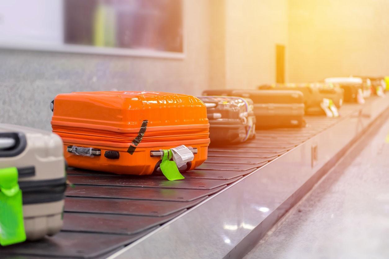 Gol é condenada a pagar indenização a passageiros por extravio de malas.