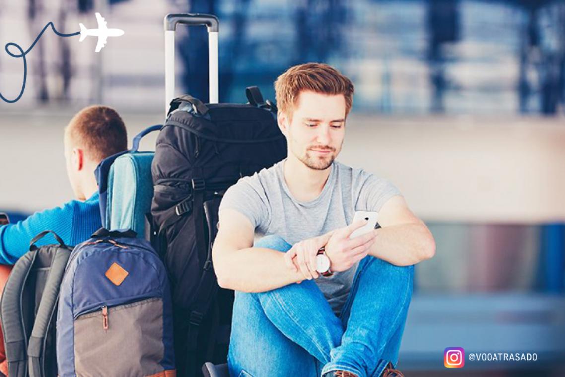 Dois amigos, clientes da Empresa Voo Atrasado, aguardaram por 5h em decorrência de atraso de voo e serão indenizados em 8 mil reais.
